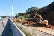 DNIT/SC inicia remoção de deslizamento em via lateral da BR-101