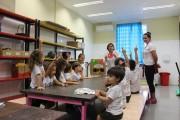 Turminha da educação infantil coloca a mão na terra