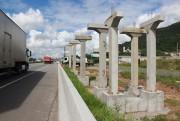 Começa instalação de pilares na última passarela em obras