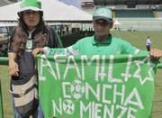 Torcedores se unem à vigília no estádio da Chapecoense