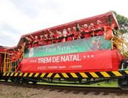 Crianças aguardam a passagem do Papai Noel Ferroviário