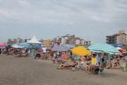 Veranistas aproveitam sol e atrações na orla do Rincão
