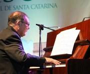 Pedro Dominguez apresenta recital no Teatro Elias Angeloni