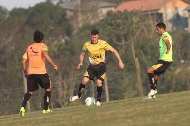 Jogadores participam de atividades físicas e técnicas no CT