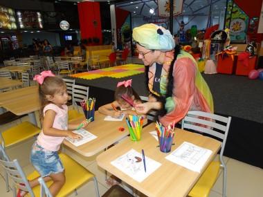 Recreação inspirada no teatro encanta crianças