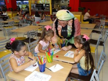 Recreação inspirada no teatro encanta crianças no Criciúma Shopping