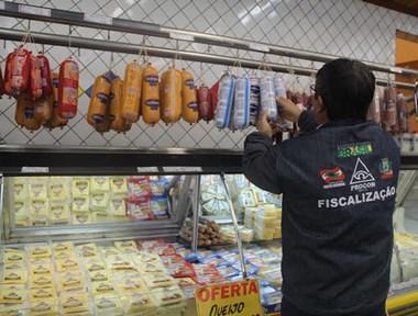 Procon fiscaliza produtos vencidos em supermercados