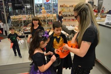 Brincadeiras instalam ambiente de Halloween no Shopping Della