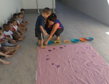 Crianças do Grupo 3 B do CEI Afasc pintam com os pés