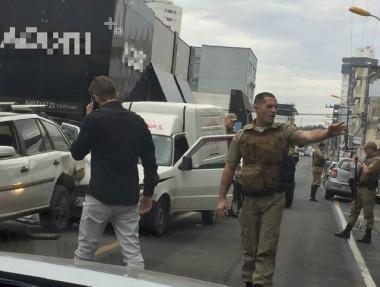 Criminoso furta carro, foge da PM e causa acidente