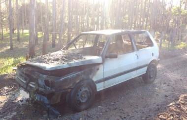 Carro é parcialmente destruído em incêndio em Arroio do Silva