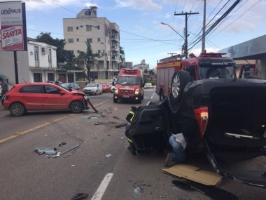 Carros se envolvem em acidente na rua Álvaro Catão em Criciúma