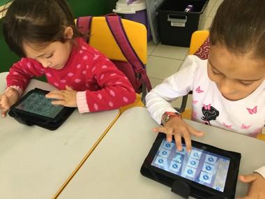 Alunos de pré-escolar têm aulas de musicalização com tablets