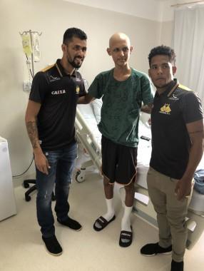 Pacientes do Hospital São José recebem visita de jogadores do Criciúma