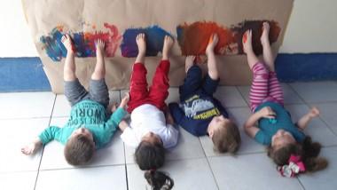 Crianças pintam muros do CEI Afasc Professor Jairo Luiz Thomazi