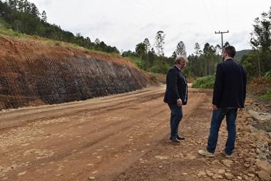 Prefeito Alemão e vice Xande acompanham obras de pavimentação em Siderópolis