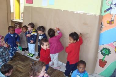 """Filme """"Bob o trem"""", incentiva crianças do CEI Afasc Professor Jairo Luiz Thomazi conhecerem formas geométricas"""