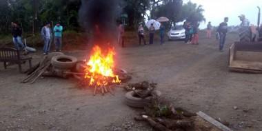 Moradores fecham estrada em Terceira Linha devido a obra paralisada