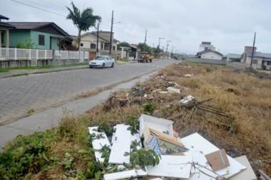 Descarte irregular de lixo persiste em Içara