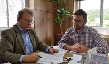 Prefeito de Siderópolis assina autorização de abertura de licitação para aquisição de escavadeira hidráulica