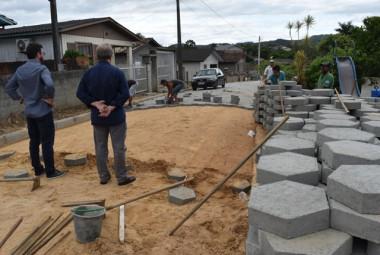 Prefeito Alemão e vice Xande acompanham obra de revitalização de rua em Siderópolis