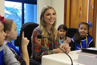 Comarca de Criciúma recebe visita de crianças do projeto Turminha do Futuro