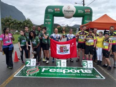 Ciclistas de Siderópolis auxiliam criciumenses a conquistarem pódio nos Parajasc