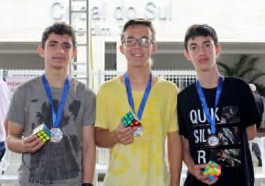 Criciumenses vencem Campeonato Regional de Cubo Mágico