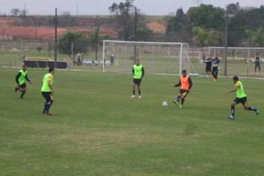 Grupo de atletas do Criciúma E.C. realiza treinamento tático
