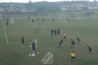 Jogadores do Criciúma realizam treino físico e técnico