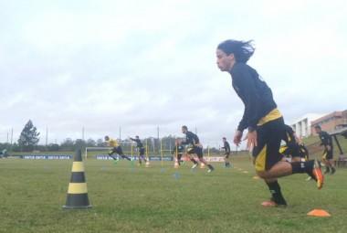 Trabalho forte na parte física no Centro de Treinamento do Tigre
