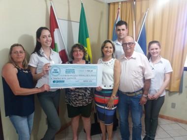 Família Feliz recebe troco solidário do Giassi Supermercado
