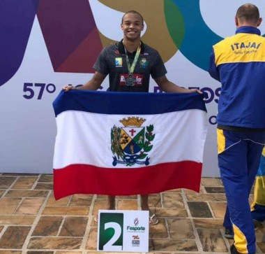 Raoní ganha primeira medalha da história da natação de Siderópolis
