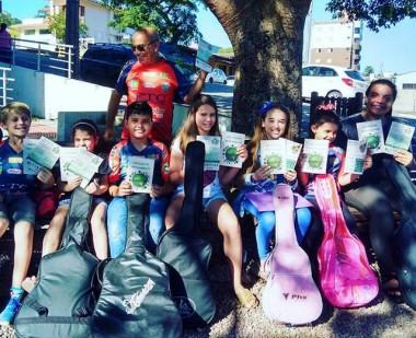 Alunos de música recebem cartilhas educativas da Fundação do Meio Ambiente