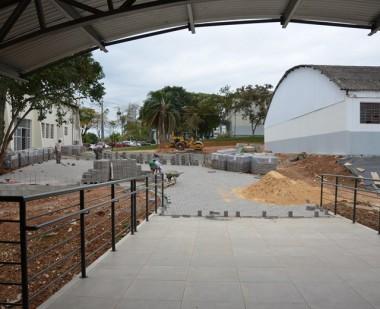 Equipes trabalham para concluir obras no Centro Multiuso
