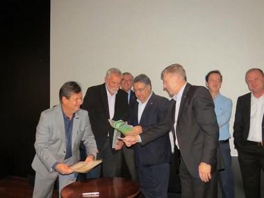 Magagnin assina contrato com Badesc para aquisição de terreno para III Área Industrial do município