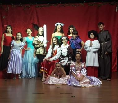 Trupe da Aurora apresenta a peça Romeu e Julieta no Center Shopping