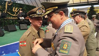 Comandante do 19º BPM recebe Comenda em Gramado