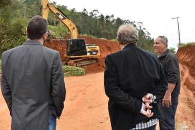 Governo de Siderópolis prepara acesso à barragem para pavimentação