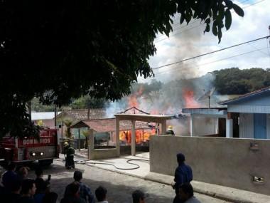 Quatro casas são destruídas em dois incêndios