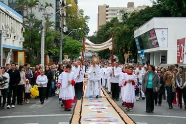 Celebração de Corpus Christi reúne milhares de fiéis na Catedral