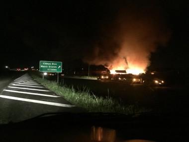 Incêndio em madeireira mobiliza bombeiros de quatro cidades