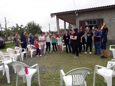 Grupo de adolescentes recebe acadêmicos da Unesc