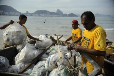 ONGs promovem no Rio ações para conscientizar sobre limpeza de oceanos