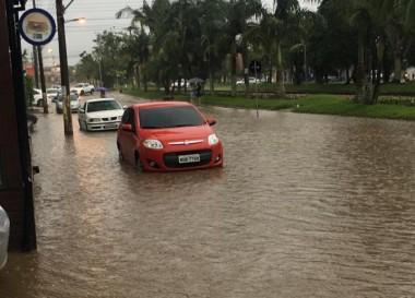 Pancada de chuva alaga Avenida Procópio Lima em Içara