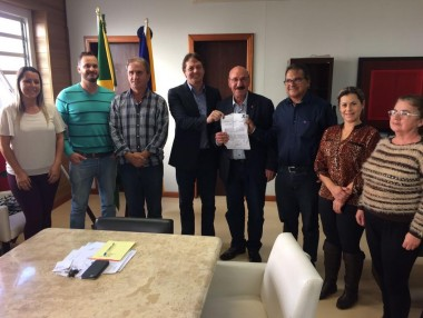 Mota se compromete em viabilizar veículo para a Saúde de Araranguá