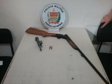PM de Araranguá prende homem por posse ilegal de arma de fogo