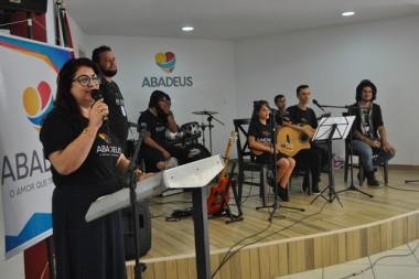 Alunos da Abadeus recebem visita do cantor e compositor Flávio Landau