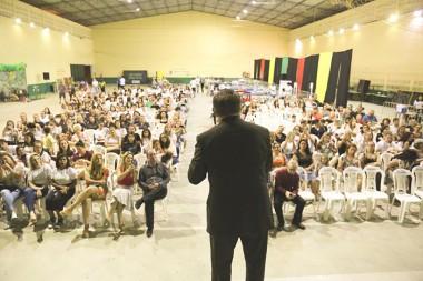 Mário Motta encanta público na abertura da 1ª Jornada Literária de Içara