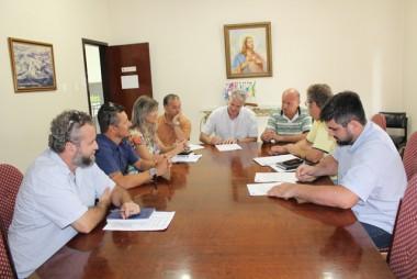 Cancellier assina ordem para a construção de abrigos de ônibus